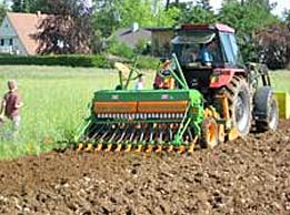 Am Neunerberg lernen die Kinder auch, wozu ein Traktor gut ist